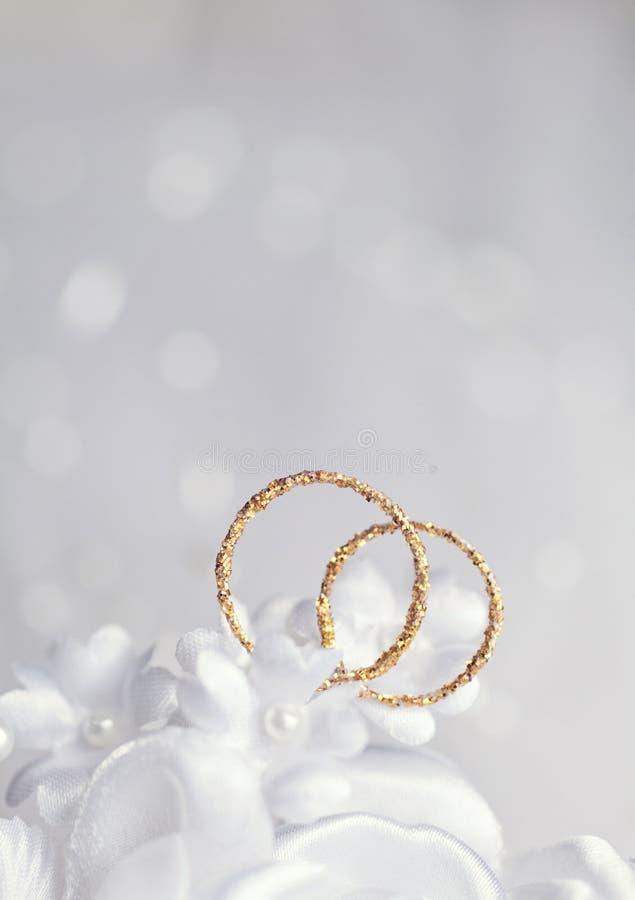 Fondo leggero di nozze dell'estratto con gli anelli immagine stock