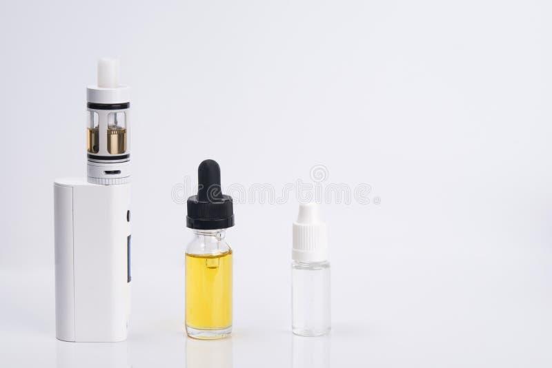 Fondo leggero, una sigaretta elettronica bianca, con una scelta di 2 aromi dei liquidi immagine stock libera da diritti