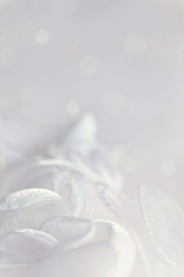 Fondo ligero de la boda del extracto con las flores de seda fotografía de archivo