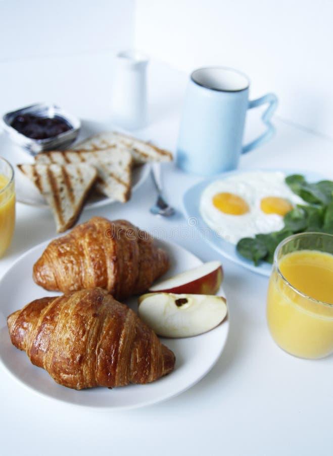 Fondo ligero del desayuno tostadas, cruasanes imagen de archivo