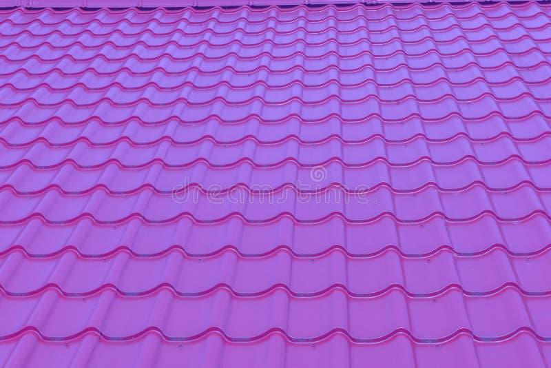 Fondo lucido porpora pastello luminoso moderno di struttura della piastrellatura del tetto immagini stock