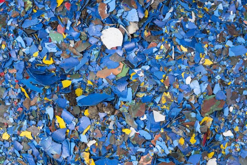 Fondo luminoso dal mucchio di gesso caduto con il resti di pittura multicolore Immondizia della costruzione Backgrou variopinto l immagini stock libere da diritti
