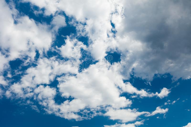Fondo luminoso del cielo nuvoloso, atmosfera blu, ozono, ossigeno, cielo fotografie stock libere da diritti
