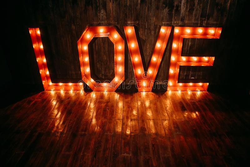 Fondo luminoso delle retro lettere di amore di simbolo grande fotografia stock
