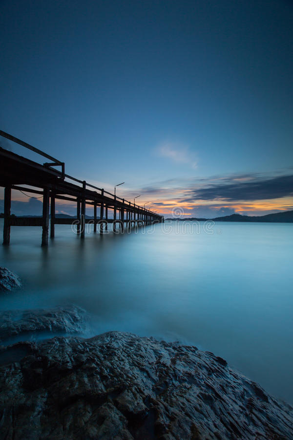fondo lungo di tramonto di esposizione e ponte di legno fotografie stock
