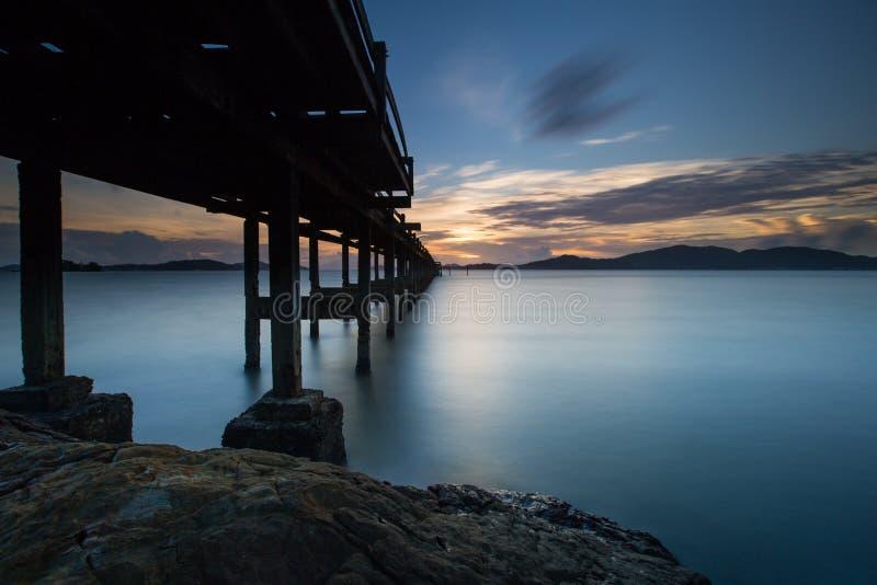 fondo lungo di tramonto di esposizione e ponte di legno fotografia stock
