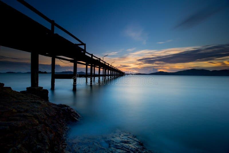 fondo lungo di tramonto di esposizione e ponte di legno fotografie stock libere da diritti