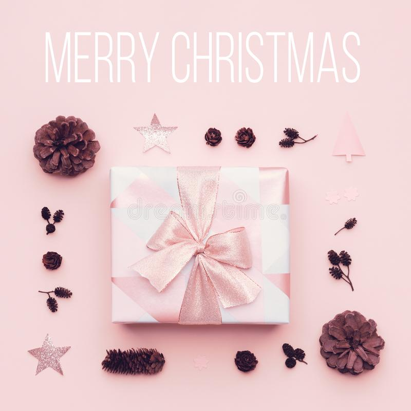 Fondo mínimo de la Navidad del rosa en colores pastel Regalo hermoso de la Navidad aislado en fondo del rosa en colores pastel Ca imagen de archivo libre de regalías