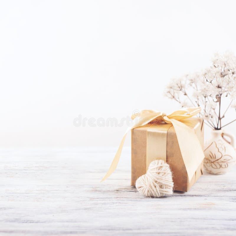 Fondo mínimo ligero en colores pastel de día de San Valentín Regalo de papel reciclado arte con la cinta, el corazón blanco mulli fotos de archivo libres de regalías