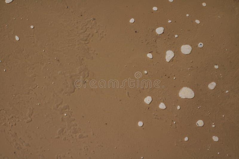 Fondo marrone contaminato sporco dell'acqua immagine stock libera da diritti