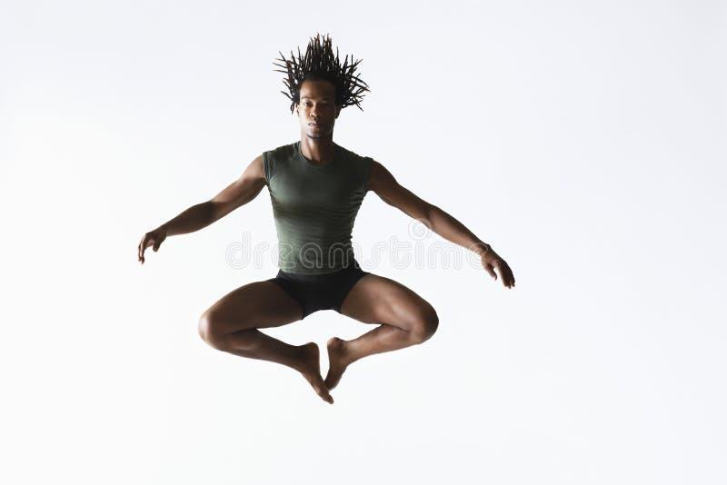 Fondo masculino de Jumping On White del bailarín de ballet imagenes de archivo