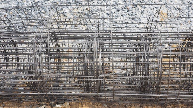 Fondo material rodado malla de alambre de la construcción de la parrilla de acero imagen de archivo libre de regalías