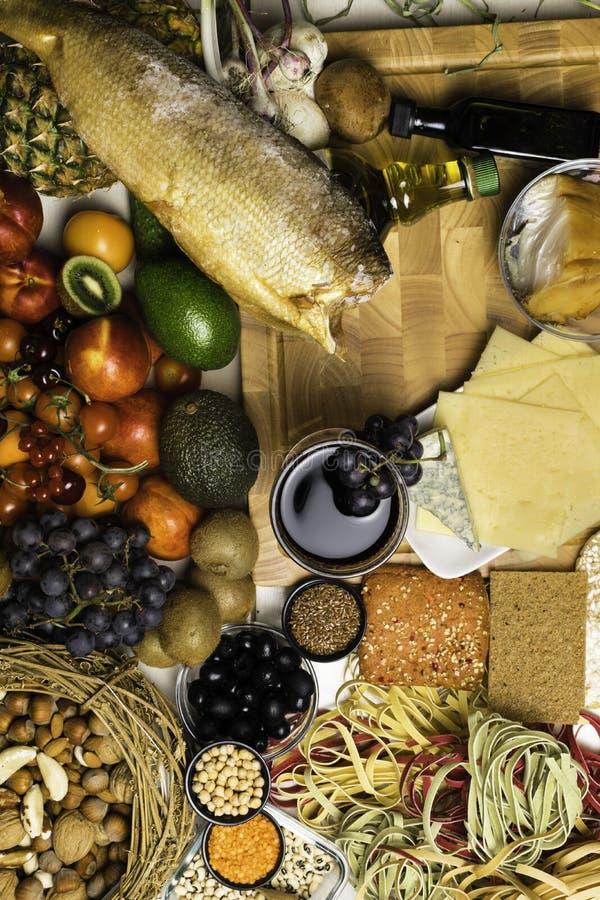 Fondo mediterráneo de la comida Surtido de pescados frescos, frutas y verduras, vidrio de vino rojo Visión superior imagen de archivo