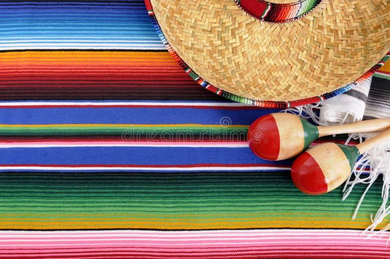 Fondo messicano con la coperta ed il sombrero tradizionali fotografie stock