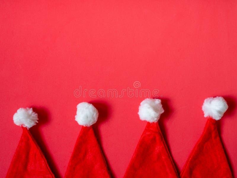 Fondo minimalista de los sombreros de Santa Claus imagen de archivo libre de regalías