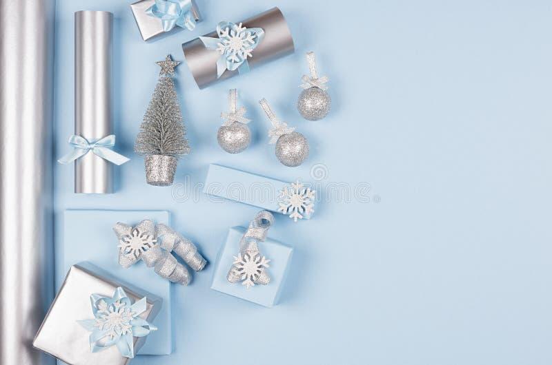 Fondo minimalista suave moderno de la Navidad con el espacio de la copia - cajas metálicas azules y de plata del pastel de regalo imágenes de archivo libres de regalías