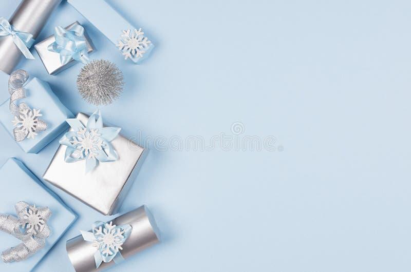 Fondo minimalista suave moderno de la Navidad con el espacio de la copia - cajas metálicas azules y de plata del pastel de regalo fotos de archivo