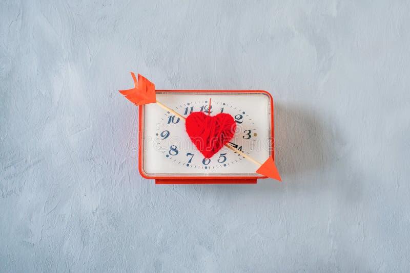Fondo minimo di giorno di biglietti di S. Valentino Cuore rosso del filo, orologio quadrato e la freccia del cupido come le mani  immagine stock