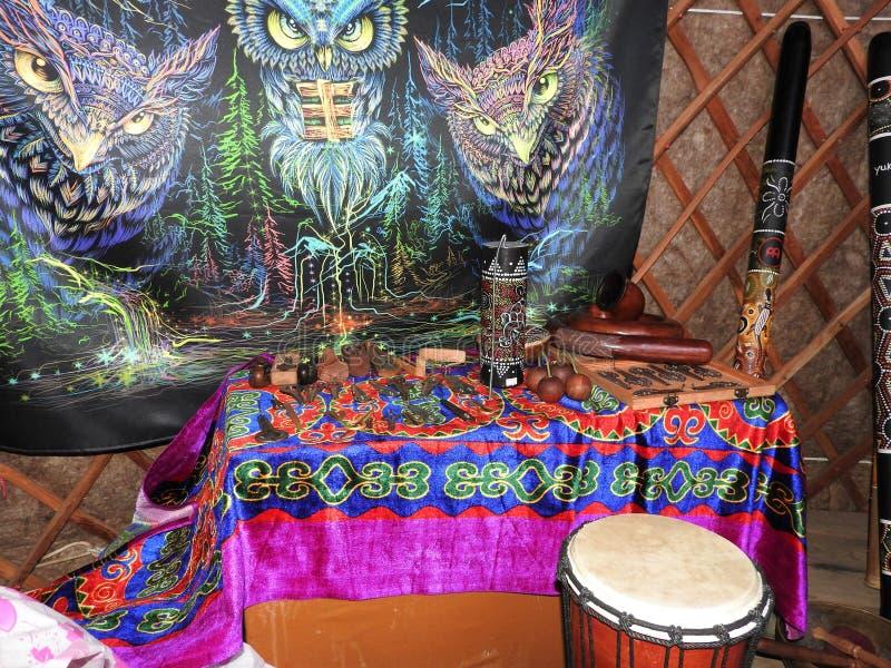 Fondo mistico con gli oggetti rituali di esoterico, occulti, divinazione, oggetti magici Occulto, esoterico, divinazione e fotografia stock libera da diritti