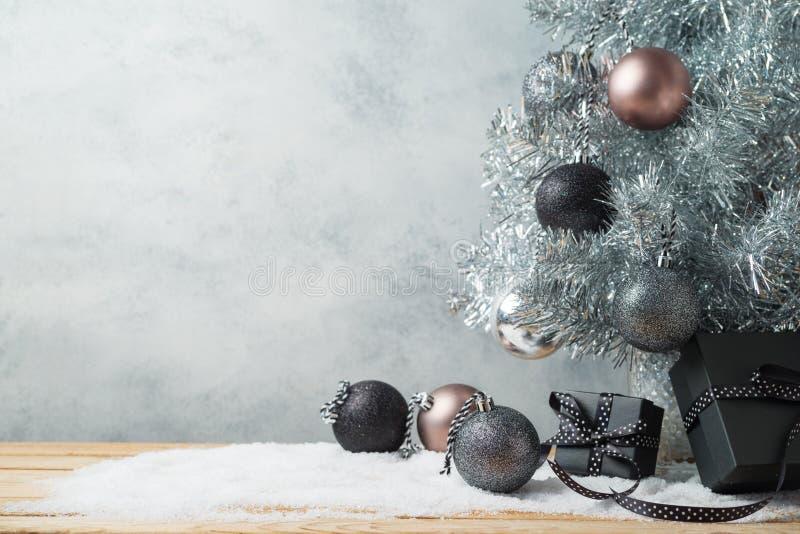 Fondo moderno de la Navidad con las cajas de regalo, el árbol de pino y el orna fotos de archivo