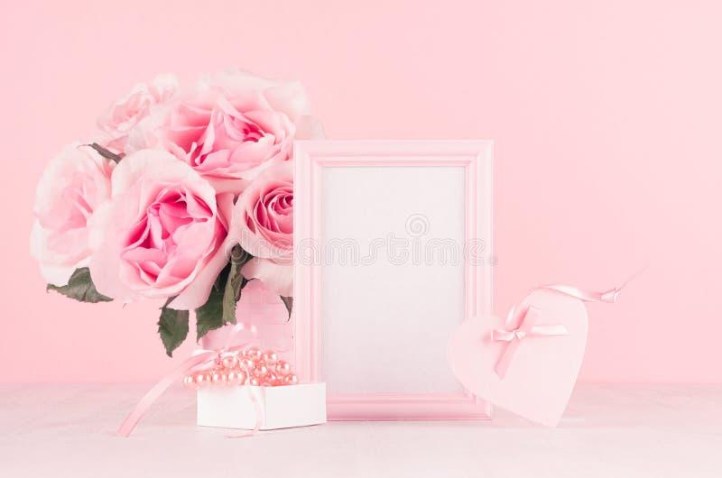 Fondo moderno de los día de San Valentín de la moda - marco en blanco para el texto, rosas ricas, corazón rosado de moda con la c fotos de archivo libres de regalías