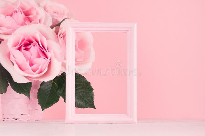 Fondo moderno de los día de San Valentín de la moda - marco en blanco para hacer publicidad y rosas rosadas ricas en el tablero d foto de archivo