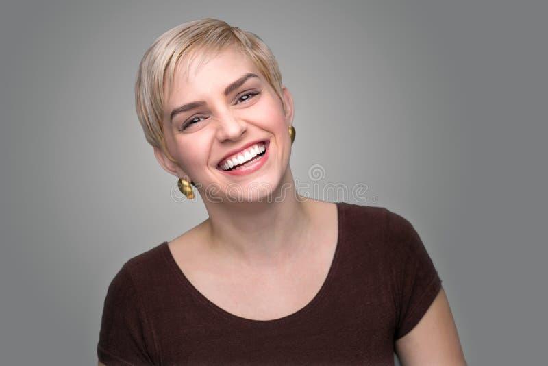 Fondo moderno di risata adorabile di gray di stile del colpo di signora di short di taglio di capelli capo del folletto fotografia stock libera da diritti