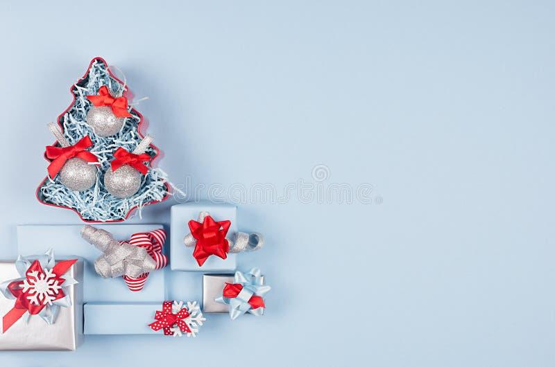 Fondo moderno variopinto di natale - vari contenitori di regalo con i nastri di seta ed archi, albero di Natale come confine deco fotografia stock