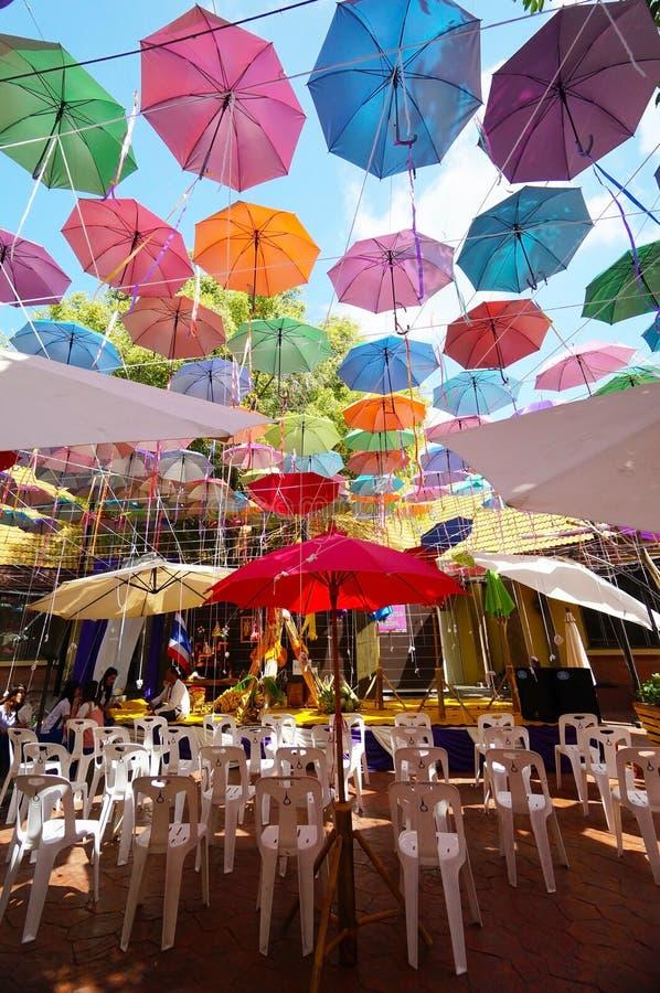 Fondo multicolor de los paraguas Paraguas coloridos que flotan sobre la calle imágenes de archivo libres de regalías