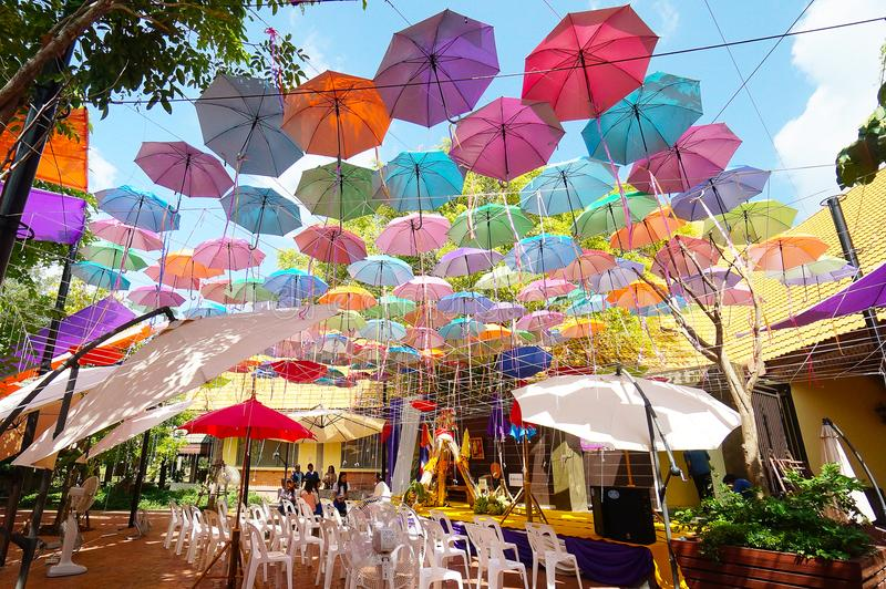 Fondo multicolor de los paraguas Paraguas coloridos que flotan sobre la calle fotografía de archivo libre de regalías