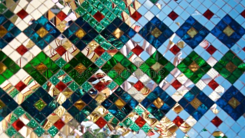 Fondo multicolor del espejo del mosaico Decoraci?n tailandesa imagenes de archivo