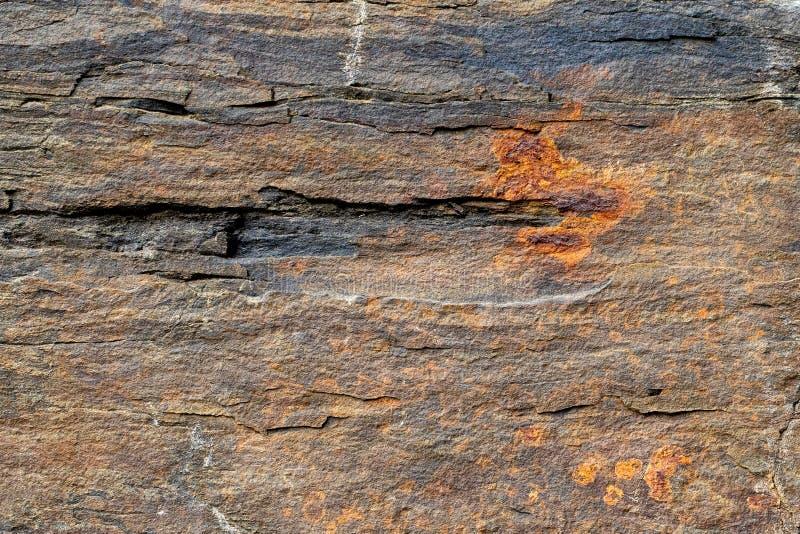 Fondo natural Textura de las capas de la piedra de la pizarra con el modelo oxidado fotos de archivo libres de regalías