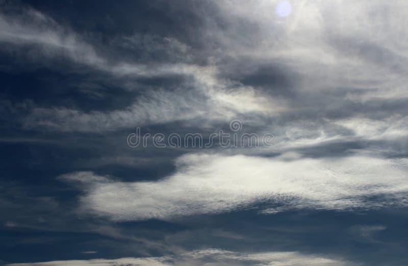 Fondo naturale tempestoso blu scuro della foto del cielo nuvoloso fotografia stock