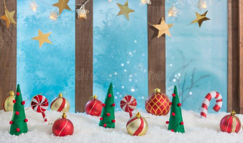 Fondo navideño iluminado por el umbral de la ventana con luces y adornos imagenes de archivo