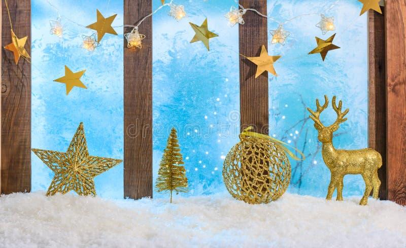 Fondo navideño iluminado por el umbral de la ventana con luces y adornos imagen de archivo libre de regalías
