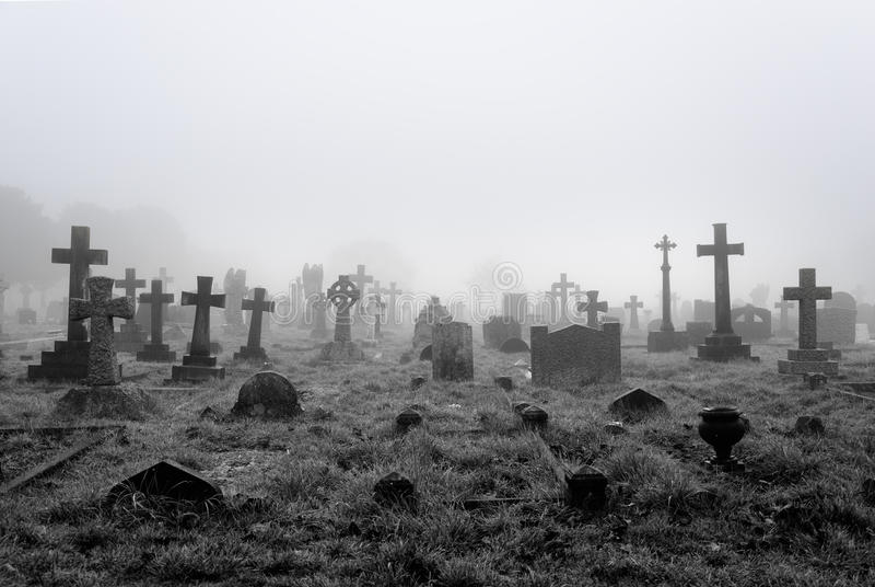 Fondo nebbioso del cimitero fotografie stock