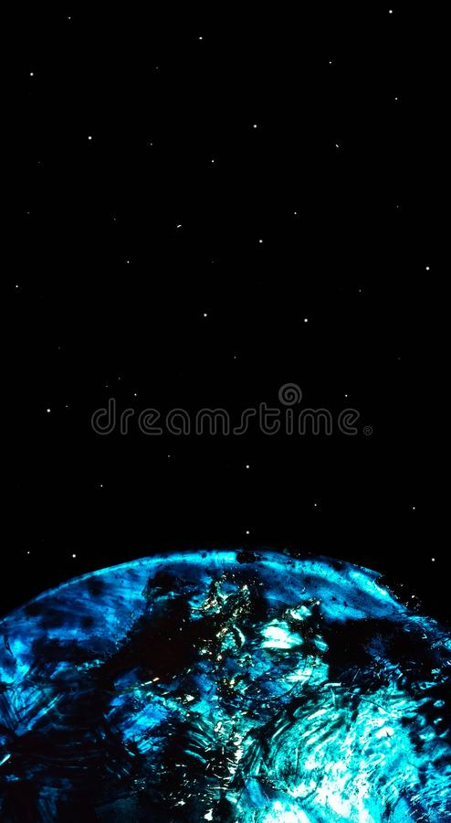 Fondo negro abstracto con el planeta azul y el cielo estrellado El planeta se crea a medias de la pintura acrílica ligera flúida libre illustration