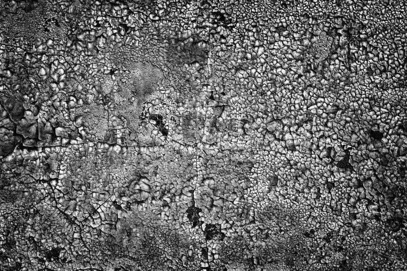 Fondo nero del muro di cemento con pittura stagionata incrinata fotografia stock