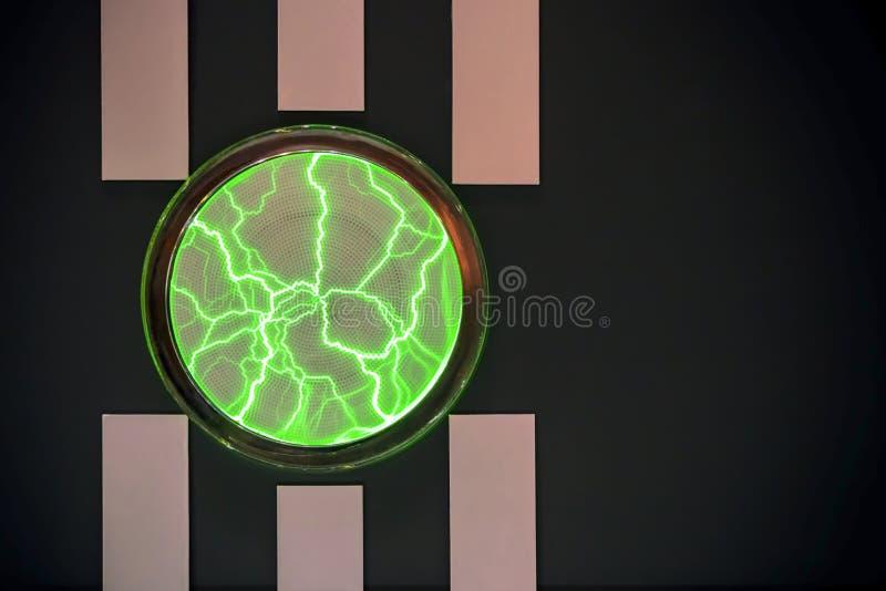 Fondo nero grafico di orizzontale luminoso astratto con le bande verticali e un cerchio che emette luce sotto forma di plasma mag immagine stock libera da diritti