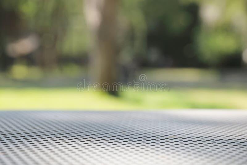 Fondo netto della tavola del metallo con il fondo della natura e dell'albero fotografia stock libera da diritti