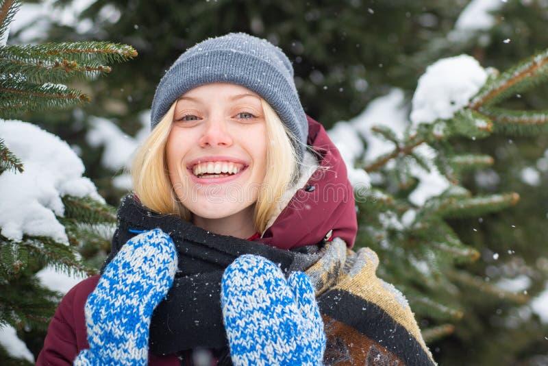 Fondo nevoso sonriente de la naturaleza del invierno del pelo rubio de la mujer La Navidad y A?o Nuevo Bufanda caliente del sombr imágenes de archivo libres de regalías