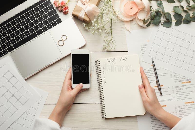 Fondo nupcial con la lista de control del planificador fotos de archivo