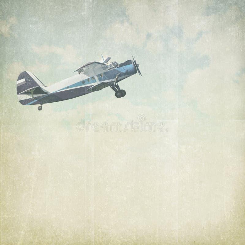 Fondo nuvoloso d'annata con l'aereo immagine stock libera da diritti