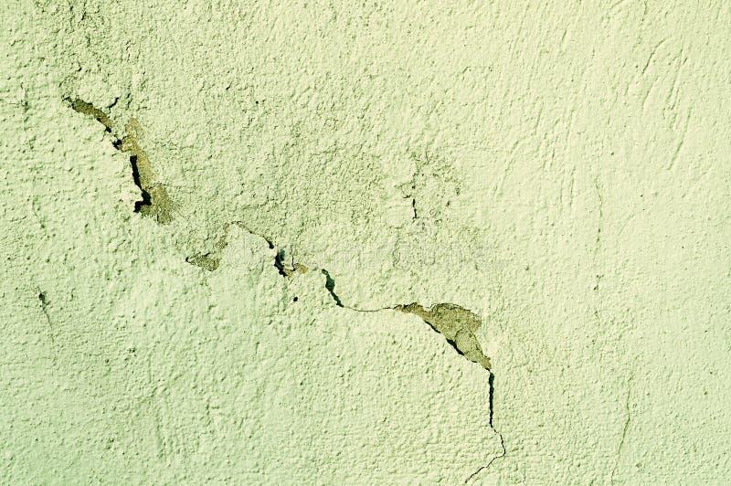 Fondo obsoleto arquitectónico - la pared de piedra vieja texturizada con las grietas curvadas y la peladura envejecieron el estuc fotografía de archivo