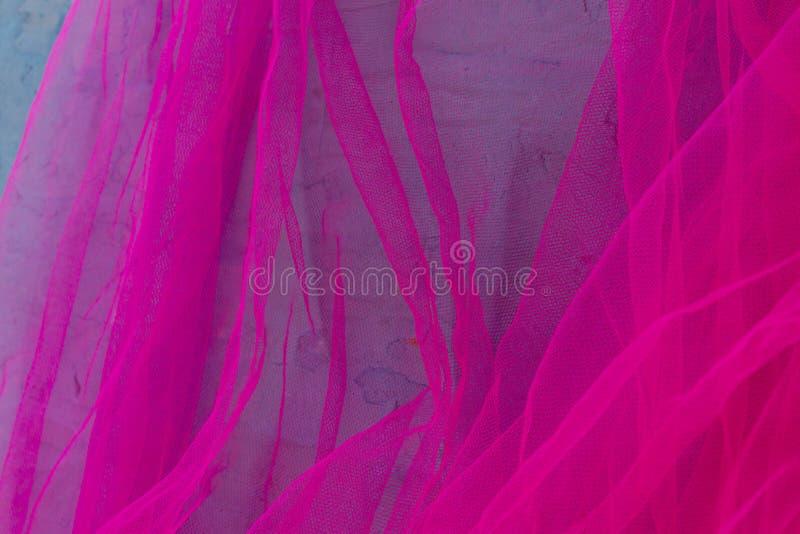 Fondo ondulato del tessuto rosa dell'organza immagine stock