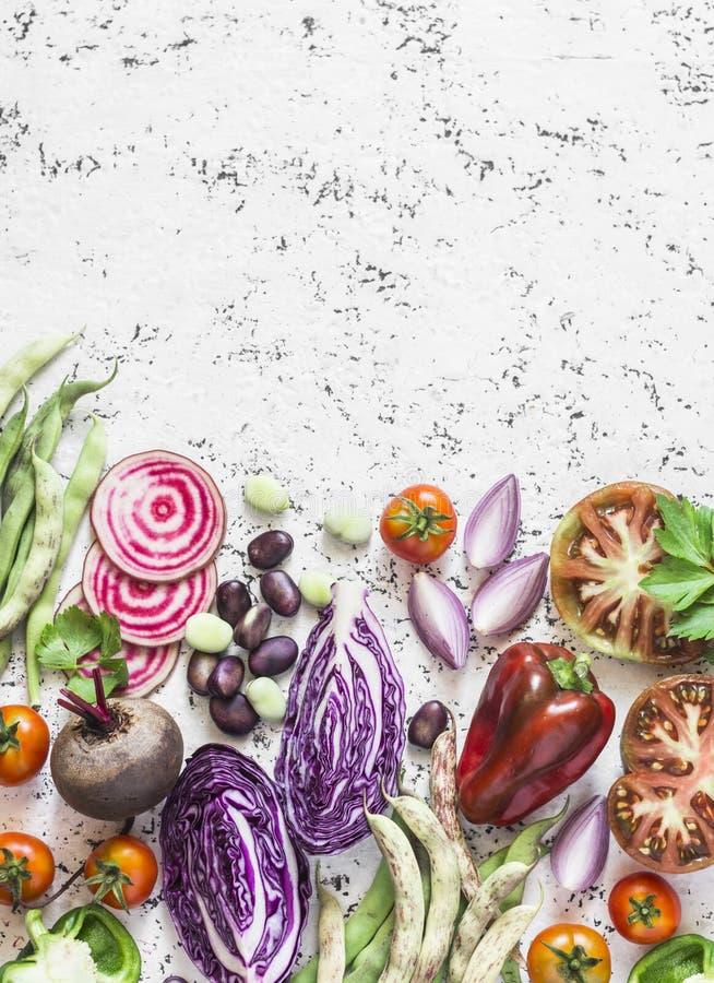 Fondo organico degli ortaggi freschi Cavolo, barbabietole, fagioli, pomodori, peperoni su un fondo leggero, vista superiore fotografia stock libera da diritti