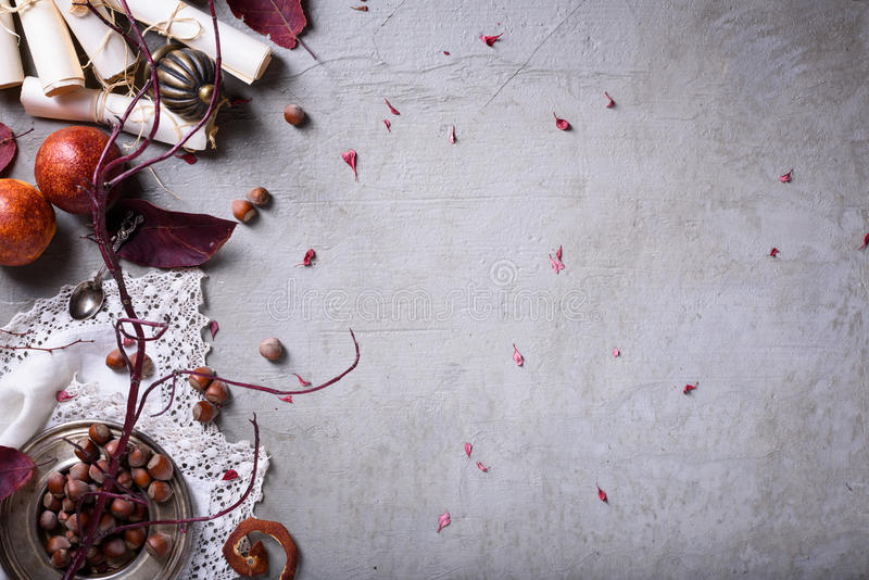 Fondo orientale dell'alimento di stile Arance rosse esotiche con le nocciole sopra la tavola grigia Vista superiore, spazio della fotografia stock