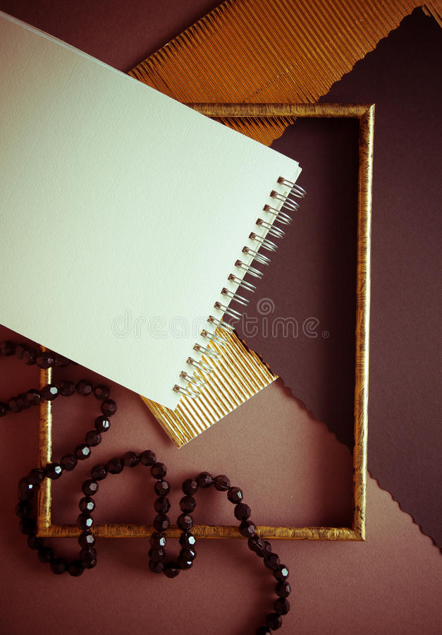 Fondo oscuro con el papel agitado de oro imagen de archivo libre de regalías