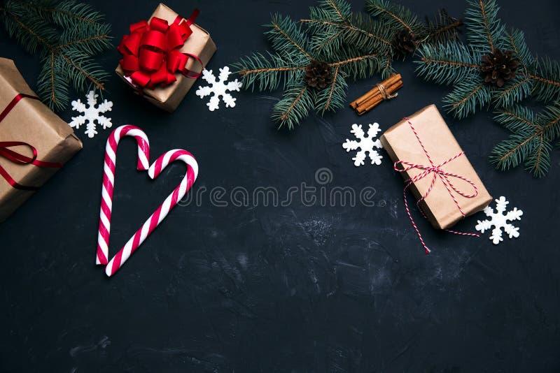 Fondo oscuro de la Navidad con las bolas de la caja de regalo de la decoración de Navidad a fotografía de archivo