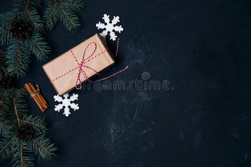 Fondo oscuro de la Navidad con las bolas de la caja de regalo de la decoración de Navidad a fotos de archivo libres de regalías